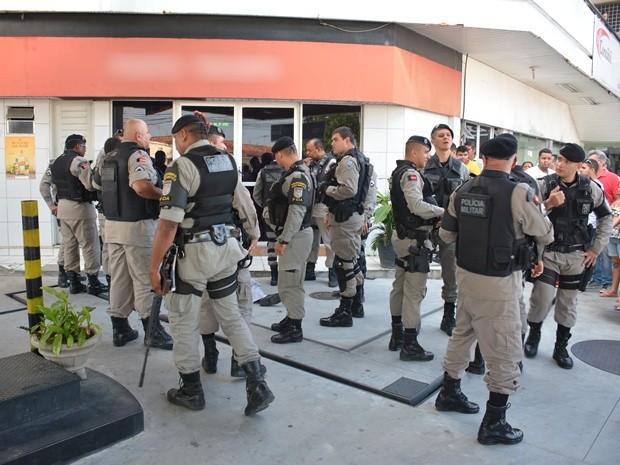 Polícia no posto após (sempre após) assalto que acabou em morte (Foto G1 Paraíba)