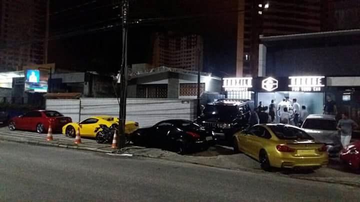 Carrões estacionados na porta da garagem das supermáquinas, ontem à noite em Manaíra