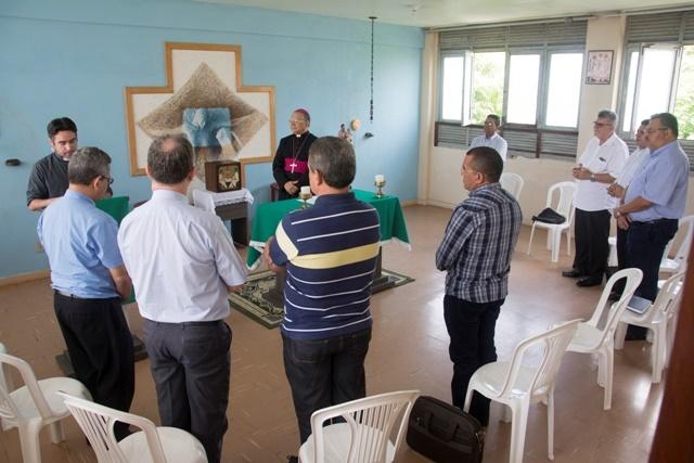 Dom Genival em momento de oração com os membros do Conselho (Foto: Ascom/Arquidiocese da Paraíba)