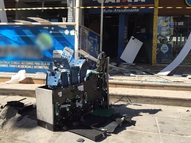 Explosão jogou caixa eletrônico na calçada do shopping (Foto: Walter Paparazzo/G1)