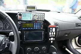 Rádio emissor-receptor moderno em viatura policial (Foto: Wikipédia)