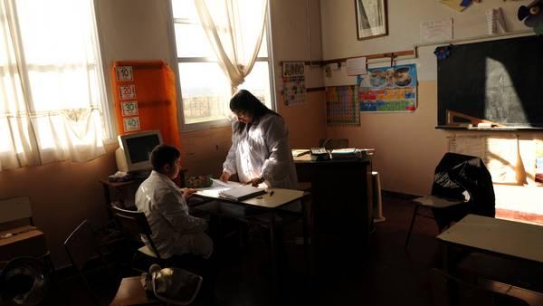 Uriel e sua Professora, Alexandra, em sala de aula (Foto: Clarín)