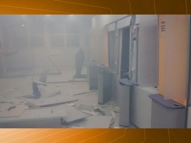 Agência bancária em Soledade após a explosão (Foto: Reprodução/TV Paraíba)