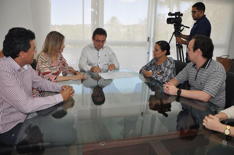 Reitor Rangel Júnior, ao centro, assina contrato de transferência de tecnologia (Foto: Ascom/UEPB)