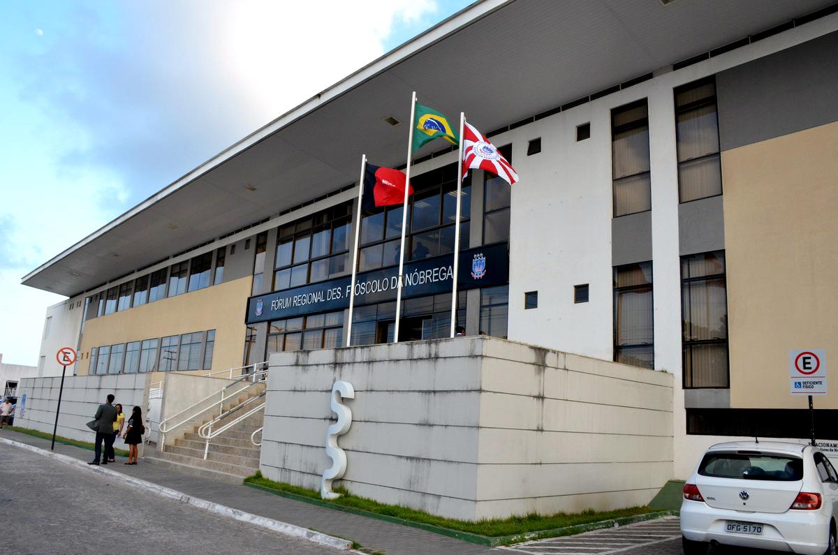 Advogado mostra como o Fórum de Mangabeira não atende às necessidades dos especiais e preferenciais (Foto: Arquivo/TJPB)