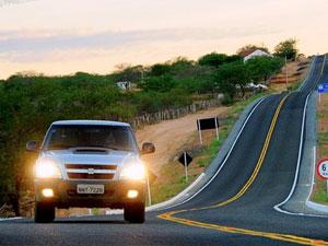 Lei obriga farol baixo aceso em rodovias, mas Justiça Federal suspendeu multas (Reprodução)