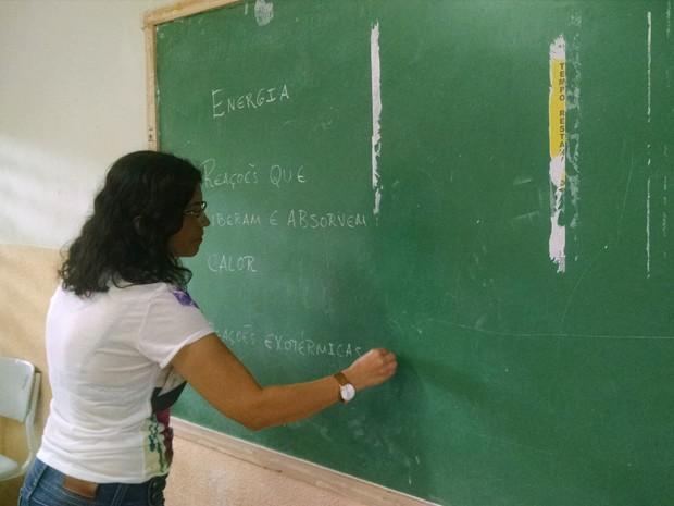 Quadro de giz com problemas expõe precariedade na maioria da escolas estaduais (Foto: Wagner Lima/G1)