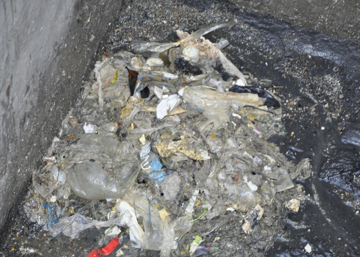 Lixo em estação de tratamento de esgotos de João Pessoa (Foto: SecomPB)