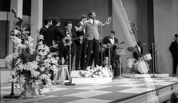 Jair Rodrigues canta disparada no Festival (Foto: acerco.oglobo.globo.com)