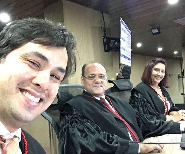 A desembargadora Maria das Graças em momento descontraído ao lado de juízes do TRE (Foto: Juiz Marcos Souto Maior em redes sociais)