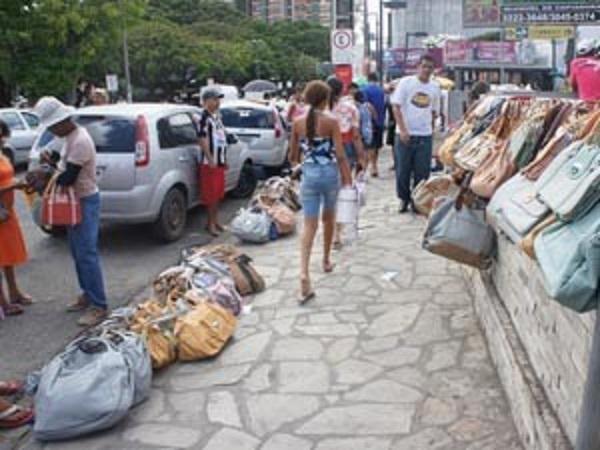 Por enquanto, continua no plano das boas intenções a desocupação das ruas do centro da Capital (Foto: G1)