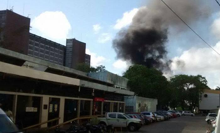 Na BR-101, nas proximidades do Hospital das Clínicas, manifestantes fecharam a pista ateando fogo em madeiras e pneus. (Foto: Reprodução/ WhatsApp/DP)