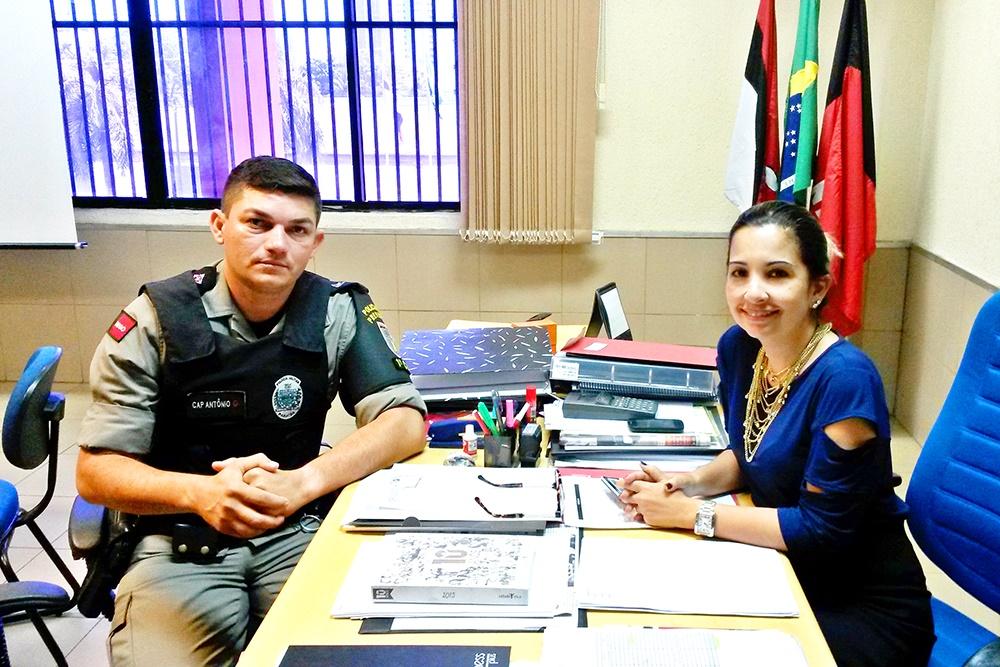 Capitão Antônio Souza Santos com a Professora Érika Marques (Foto: Iesp)