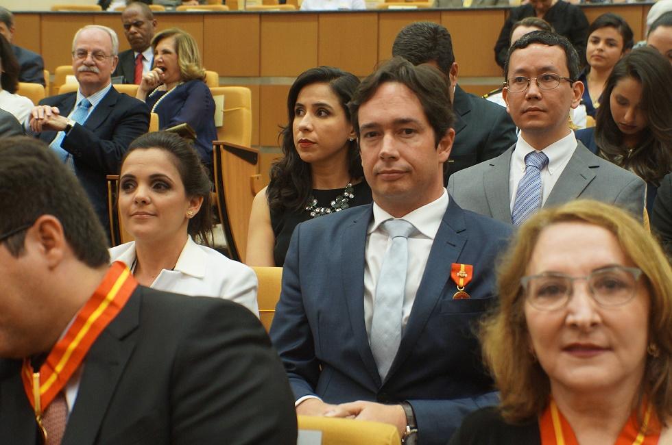 O procurador Carlos Eduardo, condecorado pelo MPM (Foto: Ascom/MPT-PB)