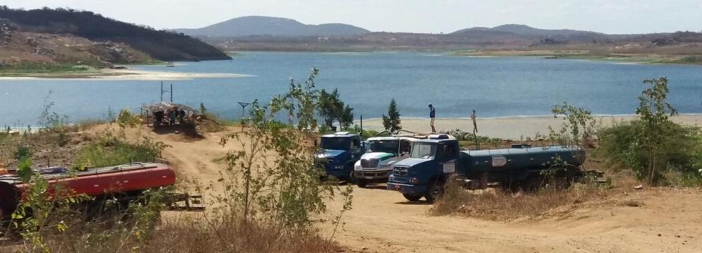 Caminhões retiram água de forma indiscriminada e desautorizada (Foto: Ascom/Daniella Ribeiro)