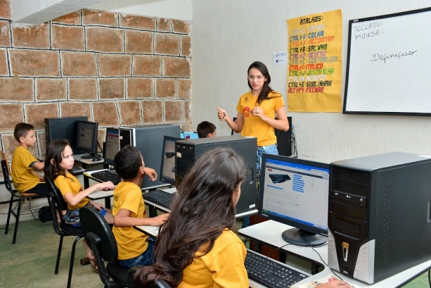 Além de música, crianças também aprendem informática no ICCB
