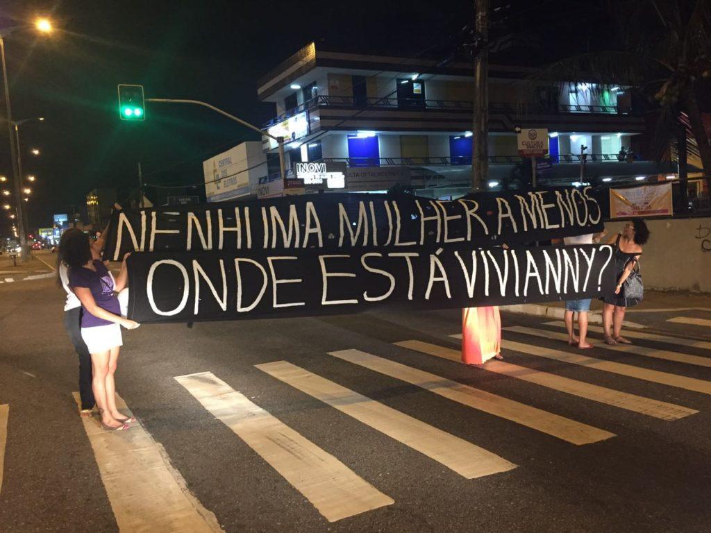 Faixa exposta ontem à noite na panfletagem (Foto: Wellintânia Freitas)